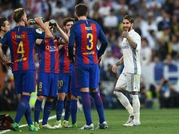 Sergio Ramos recrimina una acción a Gerard Piqué