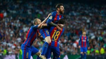 Leo Messi celebrando un gol junto a sus compañeros