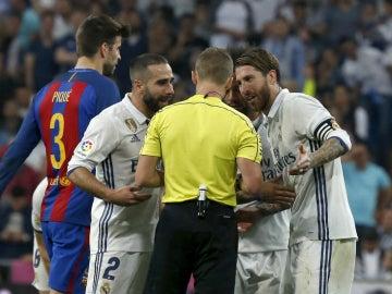 Carvajal y Ramos protestan al árbitro