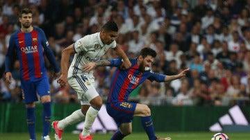 Leo Messi junto a Casemiro durante una jugada