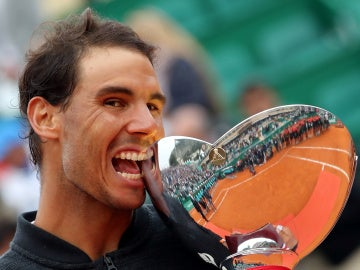 Rafa Nadal muerde el trofeo de campeón de Montecarlo por décima vez en su carrera