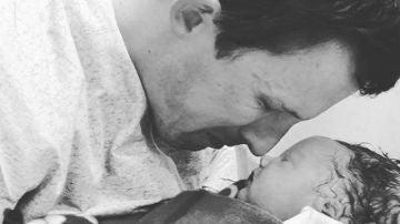La desgarradora imagen de un padre despidiéndose de su bebé