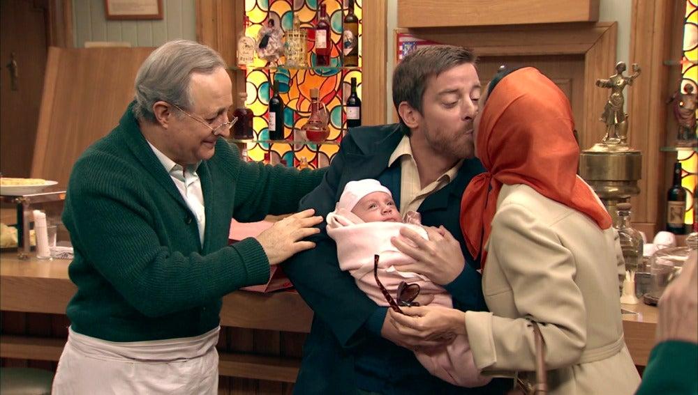 ¡Manolita llega a 'El Asturiano' acompañada de su nuevo bebé!