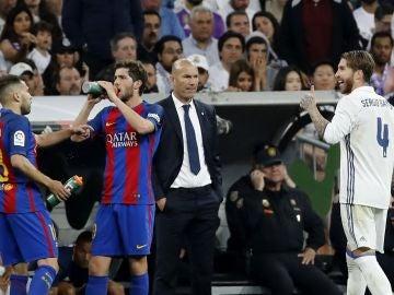 Zidane observa a Ramos tras su expulsión en El Clásico