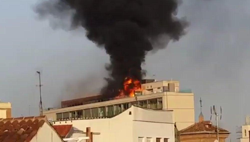 Incendio en el centro de una azotea de Madrid