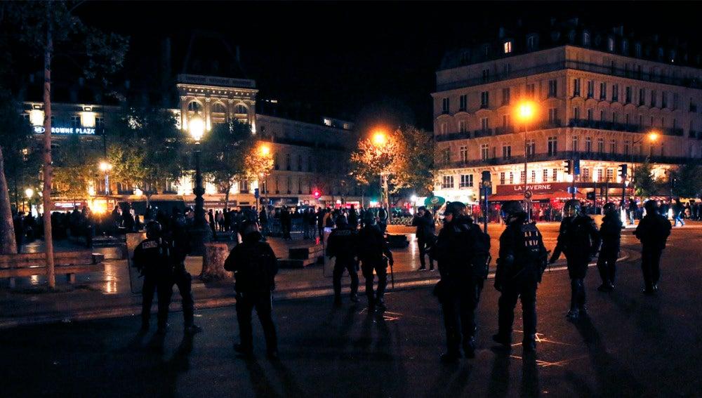 La Policía antidisturbios francesa se desplegó en la Place de la Republique de París, tras las protestas que se registraron a raíz de los resultados de la primera ronda de las elecciones presidenciales francesas