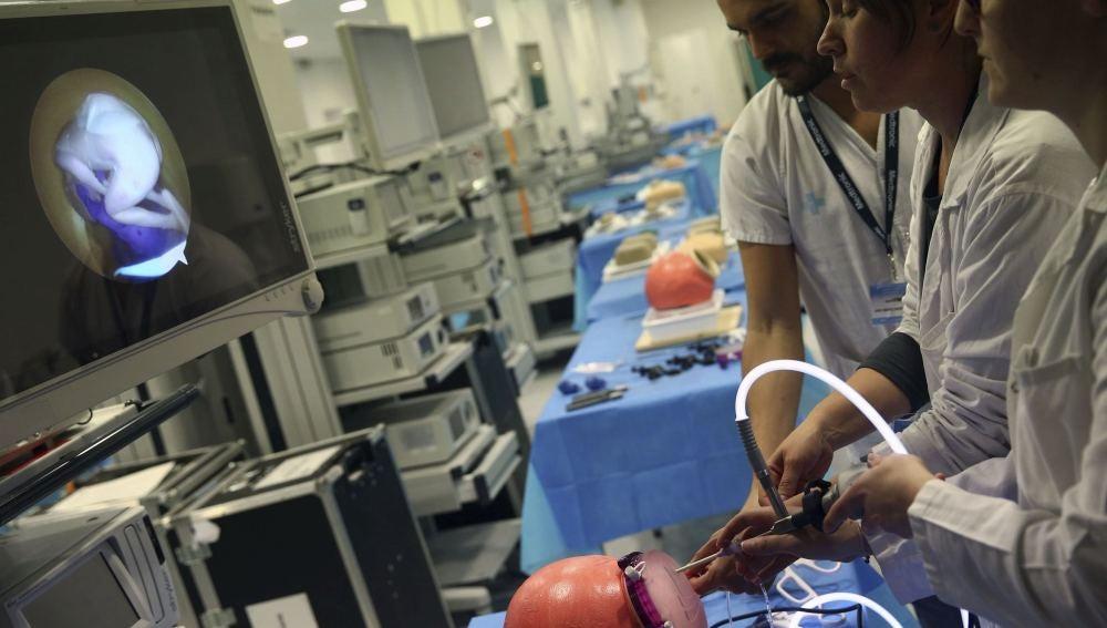 Un grupo de estudiantes simula la técnica de laparoscopia en el Hospital Vall d'Hebron