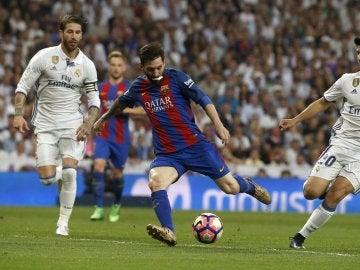 Leo Messi disparando a puerta