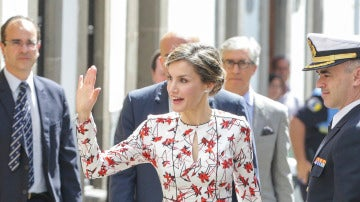 El floreado look de la reina Letizia durante su visita a Canarias