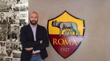 Monchi posando con el escudo de la AS Roma