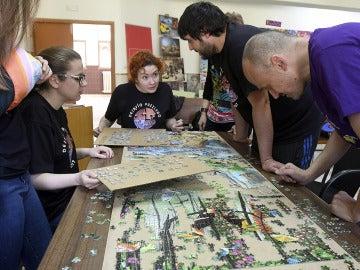 Voluntarios montando el que pretendía ser el puzzle de una sola imagen más grande del mundo