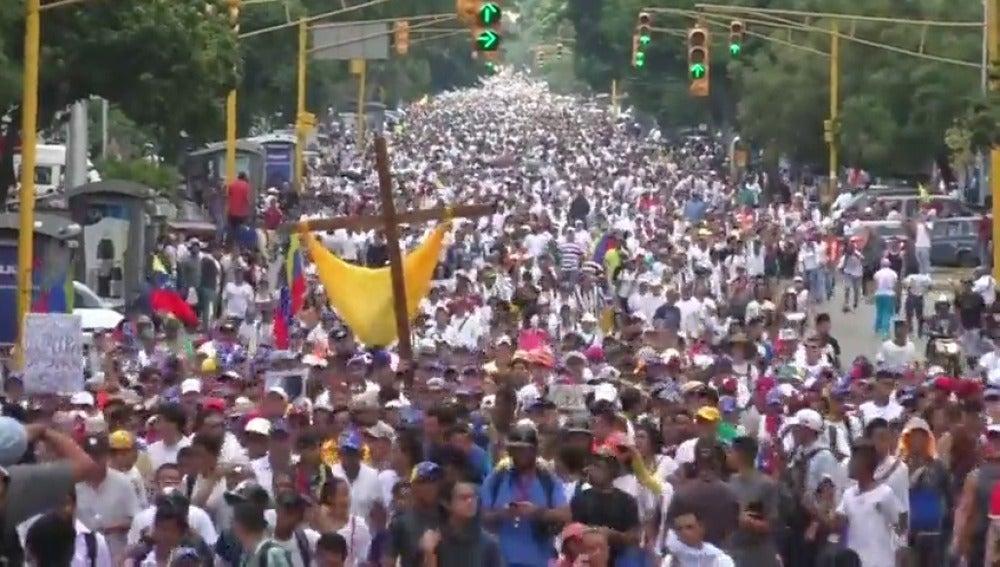 Frame 1.304248 de: El ministro de Interior de Venezuela informa de una nueva muerte en las manifestaciones de Caracas