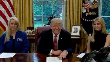 La astronauta Kate Rubins junto al presidente Donald Trump y su hija Ivanka Trump
