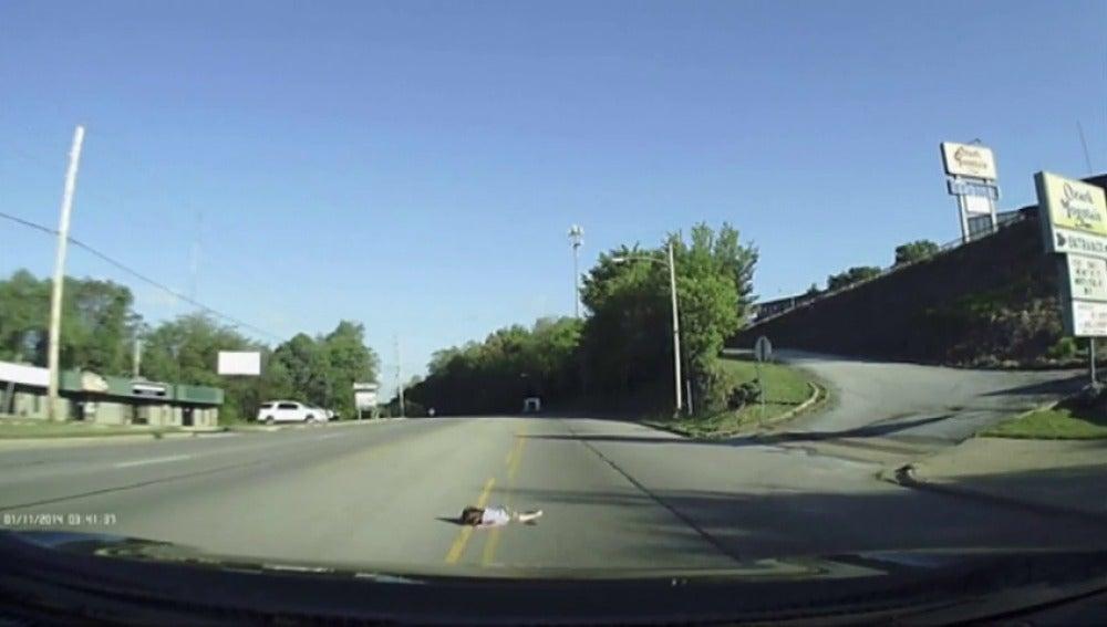 Frame 9.412074 de: Una niña cae por la puerta trasera de un autobús sin que el conductor se percate