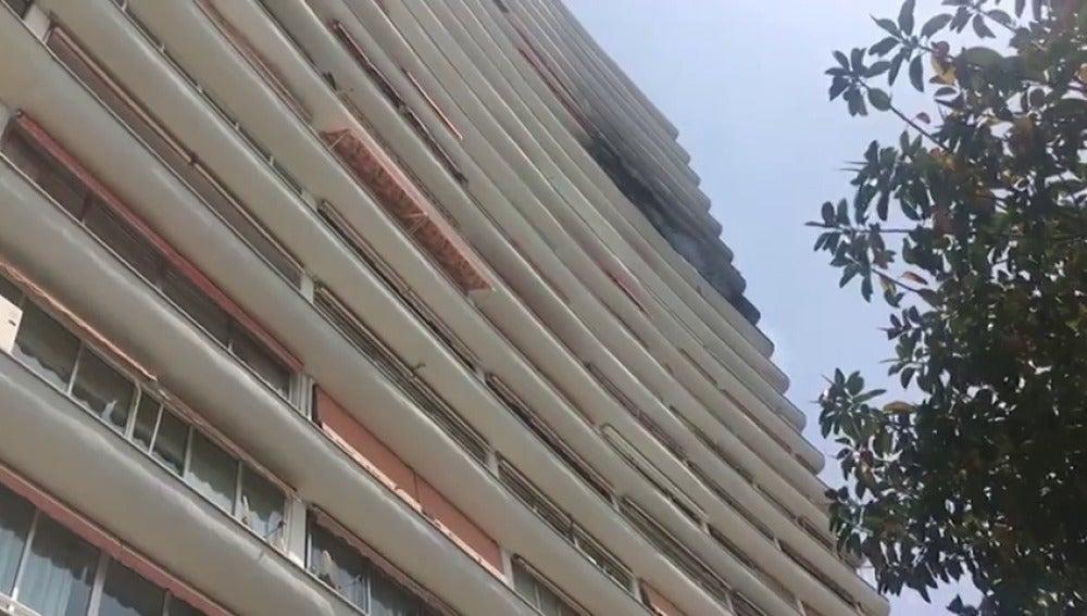 Frame 0.632977 de: Diez personas desalojadas por el incendio de un edificio en Alicante