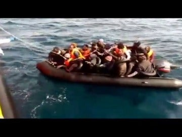 Frame 4.664 de: Salvamento Marítimo ha rescatado hoy a 105 personas a bordo de cuatro pateras