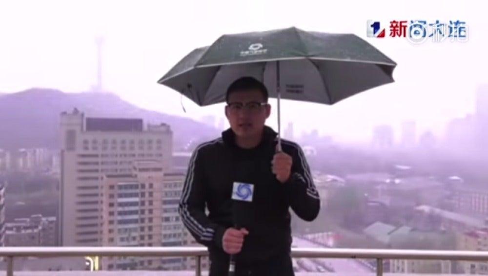 Un rayo alcanza a un reportero chino mientras daba el parte meteorológico