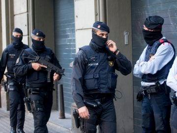 Los Mossos d'Esquadra durante la operación contra el terrorismo yihadista en varias localidades de Cataluña