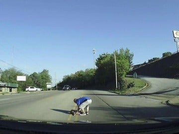 Frame 21.111697 de: Una niña cae por la puerta trasera de un autobús sin que el conductor se percate