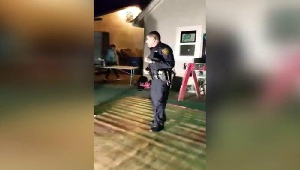Frame 6.602243 de: Un policía acude a una casa porque hay mucho ruido y se une a la fiesta