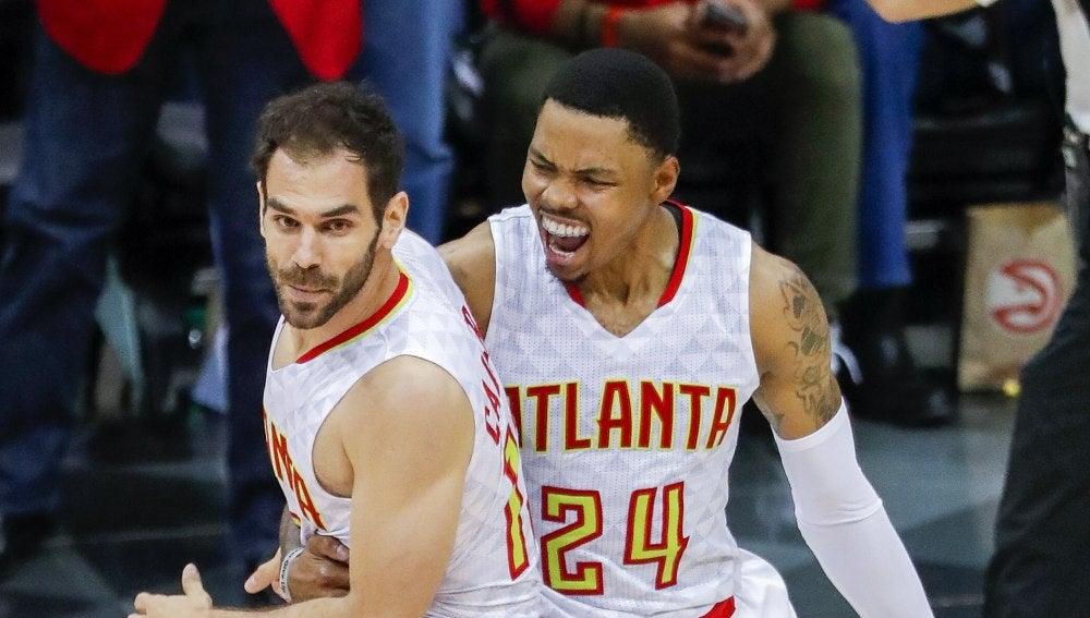 Calderón y Bazemore celebran una canasta del español con los Hawks