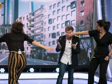 Úrsula Corberó y Alba Flores atacan con pasteles a Pablo Motos en directo en 'El Hormiguero 3.0'