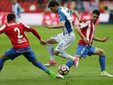 Douglas trata de frenar a Aaron Martín