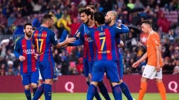 André Gomes es felicitado tras marcar un gol ante Osasuna