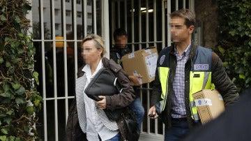 Policías saliendo de la casa de Jordi Pujol tras el registro
