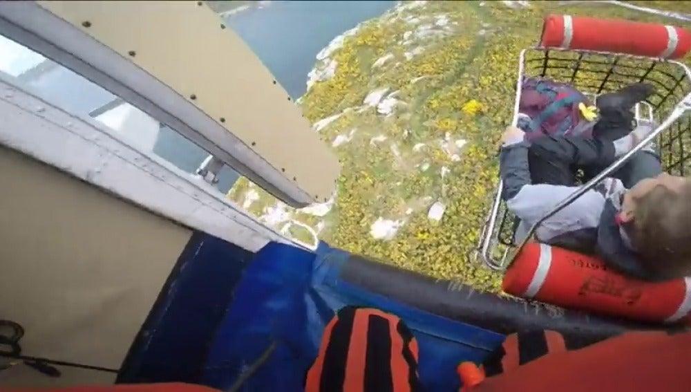 Frame 30.381053 de: Rescatada una mujer tras caerse en una zona de difícil acceso