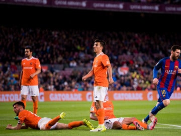 Los jugadores de Osasuna encajan un gol ante el Barcelona