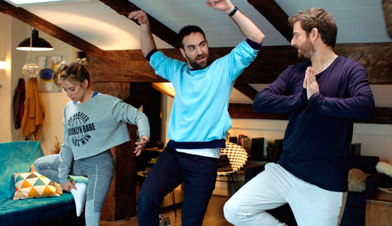 Carmen, Iñaki y Horacio practican la postura del conejo