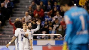 Isco celebra con Lucas Vázquez y Marcelo un gol en Riazor