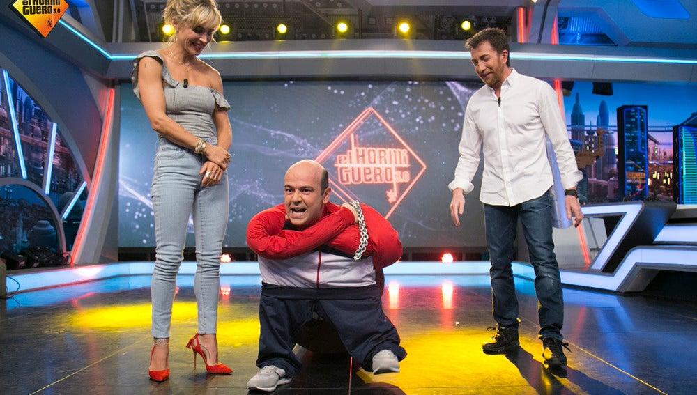Jandro le hace un truco de magia a Elsa Pataky