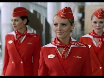 Frame 8.803133 de: Una compañía aérea rusa coloca a las azafatas de más de 40 años o talla L en los peores vuelos