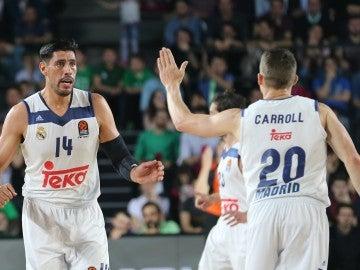 Carroll celebrando un punto con Ayón