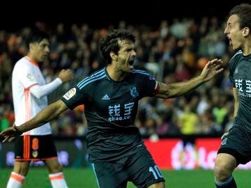 Mikel Oyarzaba y Xabi Prieto celebran un gol