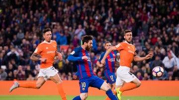 Leo Messi define ante Sirigu para abrir el marcador ante Osasuna