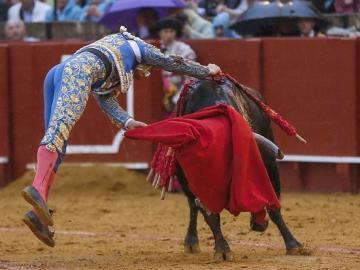 """El diestro Julián López """"El Juli"""" con su segundo durante la corrida estrella de la feria de Abril de Sevilla"""