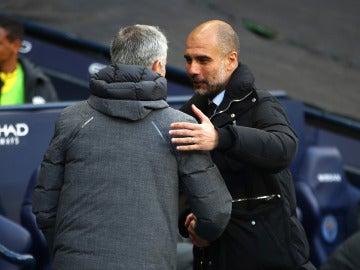 Afectuoso saludo entre Mourinho y Guardiola antes del partido