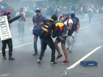 Frame 28.450218 de: Investigan el suceso en el que fueron heridos dos policías y la muerte de joven venezolano