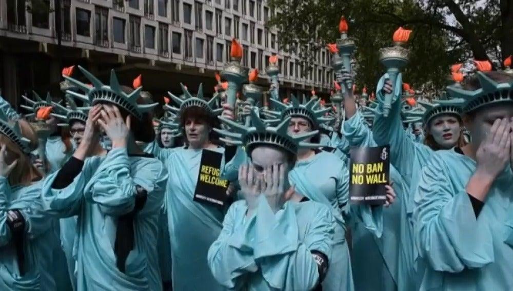 Frame 37.978628 de: Activistas protestan en Londres contra Trump disfrazados de Estatua de la Libertad