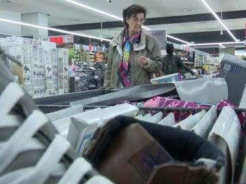 Frame 10.81832 de: La ropa se cuela en las estanterías de los supermercados
