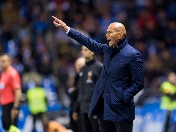 Zidane da instrucciones a sus jugadores en la banda de Riazor