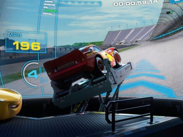 Rayo McQueen compitiendo en un simulador
