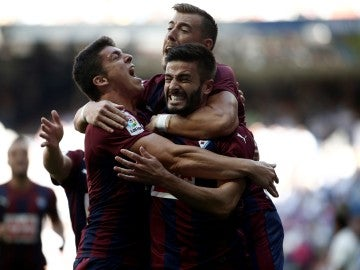 Los jugadores del Eibar celebrando un gol