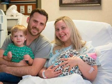 La familia junto a la niña tras nacer
