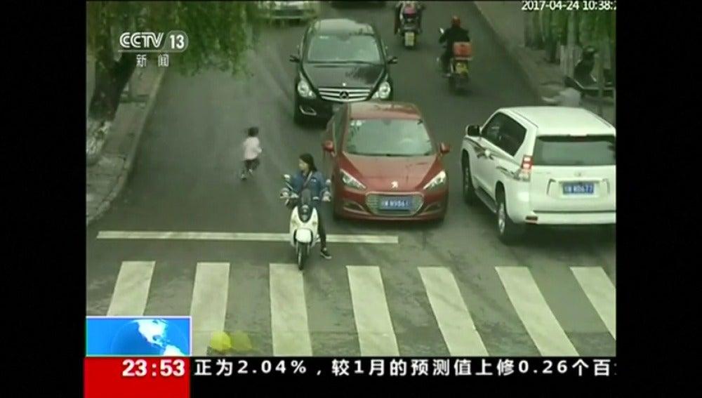 Frame 1.658666 de: Un niño sobrevive después de ser atropellado por dos coches