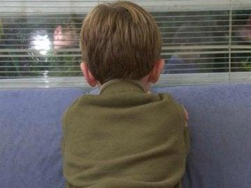 Un niño de espalda