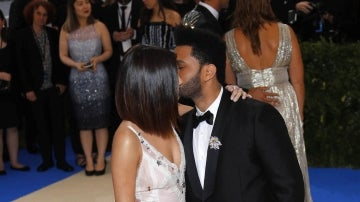 The Weeknd da un beso a Selena Gomez